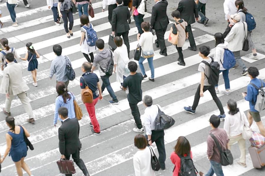 交差点を歩く人々