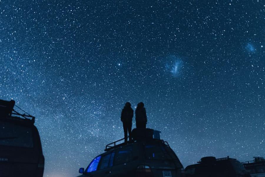 星を眺める男女