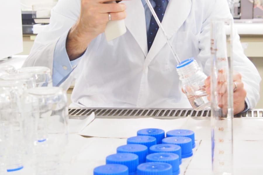 実験をする白衣を着た男性